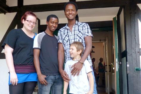 Jenny Reckers (l.) und  Sohn Leandro (r.) fuhren mit Abdoulaye und Lamine (2.v.r.) von Herbern nach Ascheberg zum großen Flüchtlingstreffen. Foto: Tina Nitsche
